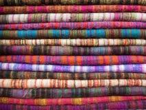 Woolen Stoff von verschiedenen Farben im Nepali-Basar Stockfoto