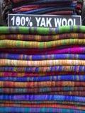 Woolen torkduk av olika färger i Nepalibasar royaltyfria foton