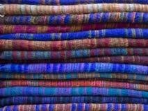 Woolen torkduk av olika färger i Nepalibasar arkivbild
