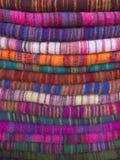 Woolen torkduk av olika färger i Nepalibasar royaltyfria bilder