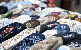 Woolen tumvanten i julmarknaden arkivbilder