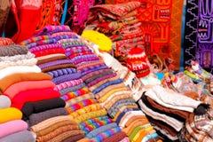 Woolens au marché dans Cusco, Pérou Photographie stock libre de droits