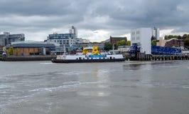 Woolwich färja omkring som avgår och som korsar flodThemsen, Londo Fotografering för Bildbyråer