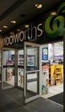 Woolworths是与超过900家商店的主要澳大利亚超市连锁 这是城镇厅商店入口在悉尼 库存照片