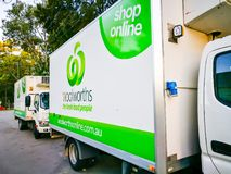 Woolworths超级市场,杂货店网上购物的送货卡车 免版税图库摄影