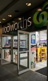 Woolworths is een belangrijke Australische supermarktketting met meer dan 900 opslag Dit is de ingang van de Stadhuisopslag in Sy stock foto