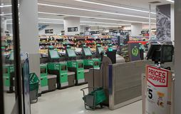 Woolworths supermarketa wyjścia wnętrze w urzędzie miasta obrazy stock
