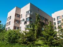 Woon de vijf-verhaal bouw van lichte baksteen in St. Petersburg stock fotografie