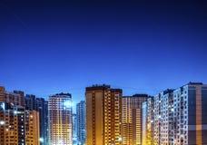 Woon hoge gebouwen bij nacht Royalty-vrije Stock Foto's