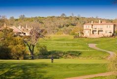 Woon huizen op een heuvelige golfcursus Stock Foto's