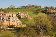 Woon huizen op een heuvelige golfcursus stock foto