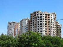 Woon modern flatgebouw, groene bos en blauwe hemel Stock Foto
