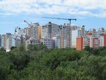 Woon modern flatgebouw, groene bos en blauwe hemel Royalty-vrije Stock Fotografie