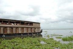 Woonboot in de binnenwateren van Kerala op een bewolkte dag Stock Afbeeldingen
