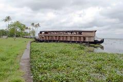 Woonboot in de binnenwateren van Kerala op een bewolkte dag Royalty-vrije Stock Foto