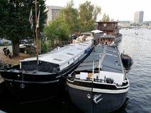 Woonboot in de kanalen van Amsterdam royalty-vrije stock fotografie