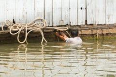 Woonboot die zich in Vietnam beweegt Stock Fotografie