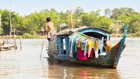 Woonboot met de jonge mens die, Vietnam paddelt. Stock Fotografie