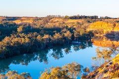Woonboot in Murray River bij zonsondergang wordt vastgelegd die stock afbeelding