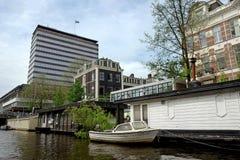 Woonboot op het kanaal Stock Afbeelding