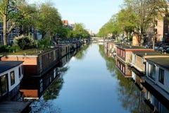 Woonboot op het kanaal in Amsterdam Stock Fotografie