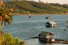 Woonbootdorp in Mon-Brug, Sangkhlaburi-District, Kanchanaburi-provincie Stock Afbeeldingen