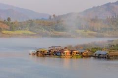 Woonbootdorp in Mon-Brug, Sangkhlaburi, Kanchanaburi Stock Afbeelding
