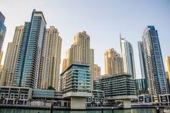 Woondiewolkenkrabbers en hotels bij de Jachthaven van Doubai op 24 Maart, 2013 in Doubai, Verenigde Arabische Emiraten wordt genom Stock Afbeeldingen