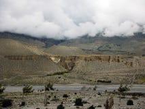 Woonholen in Himalayagebergte tijdens Moesson stock foto's