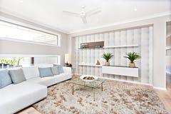Woonkamer in een luxueus huis met natuurlijke decoratie stock afbeelding