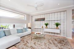 Woonkamer in een luxueus huis met natuurlijke decoratie en whi royalty-vrije stock afbeeldingen