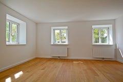 Woonkamer in een oud gebouw - Flat met houten vensters en parketbevloering na vernieuwing stock fotografie