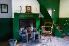 Woonkamer en open haard in een oud huis van Noord-Ierland stock afbeelding