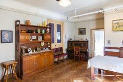 Woonkamer in flat van Letse kunstenaar Janis Rozentals, Riga, Letland Stock Afbeeldingen