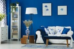 Woonkamer met blauwe muren stock afbeelding