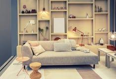 Woonkamer met boekenkast stock afbeeldingen