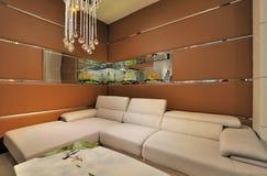 Woonkamer met brede bank Stock Foto