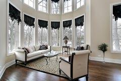 Woonkamer met gebogen vensters Stock Foto's