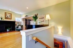 Woonkamer met groene muren en open haard. Royalty-vrije Stock Afbeeldingen