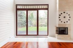 Woonkamer met groot venster Stock Foto's