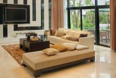 Woonkamer met het moderne meubilair Royalty-vrije Stock Afbeelding