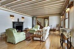 Woonkamer met hout in orde gemaakt plafond Stock Foto