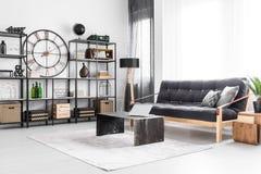 Zwarte klok in woonkamer stock afbeelding. Afbeelding bestaande ...