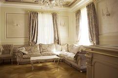 Woonkamer met luxemeubilair en decor stock foto