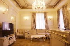 Woonkamer met luxemeubilair en decor stock fotografie