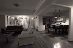 Woonkamer met nieuw meubilair Stock Afbeeldingen