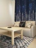 Woonkamer met tapijtbank en hoofdkussen Royalty-vrije Stock Afbeeldingen