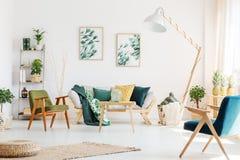 Woonkamer met uitstekende stoelen stock foto