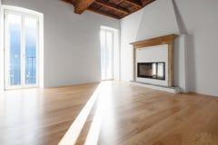 Woonkamer met vensters die het meer overzien fireplace royalty-vrije stock foto's