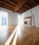 Woonkamer met vensters die het meer overzien fireplace royalty-vrije stock afbeeldingen